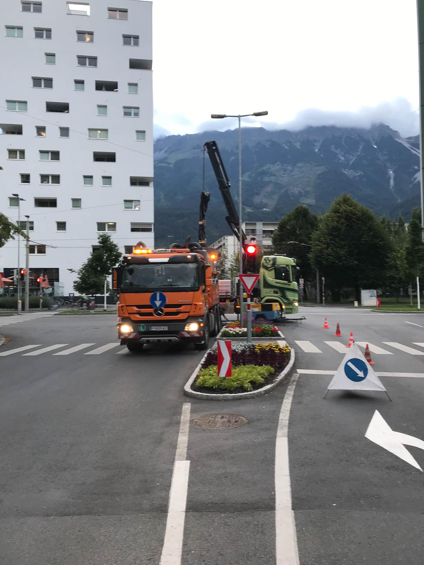 DAWI Fahrzeug auf Bundesstraße bei der Kanalreinigung