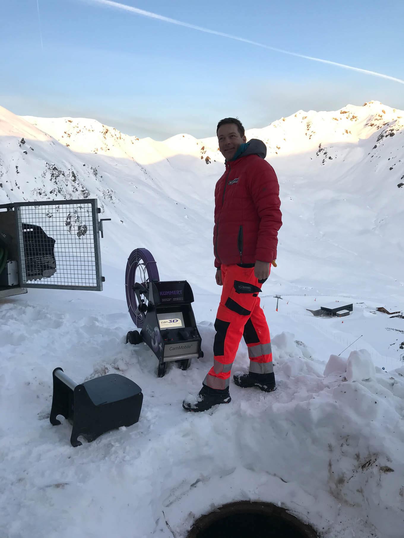 DAWI Mitarbeiter steht im Schnee vor einem Kanal