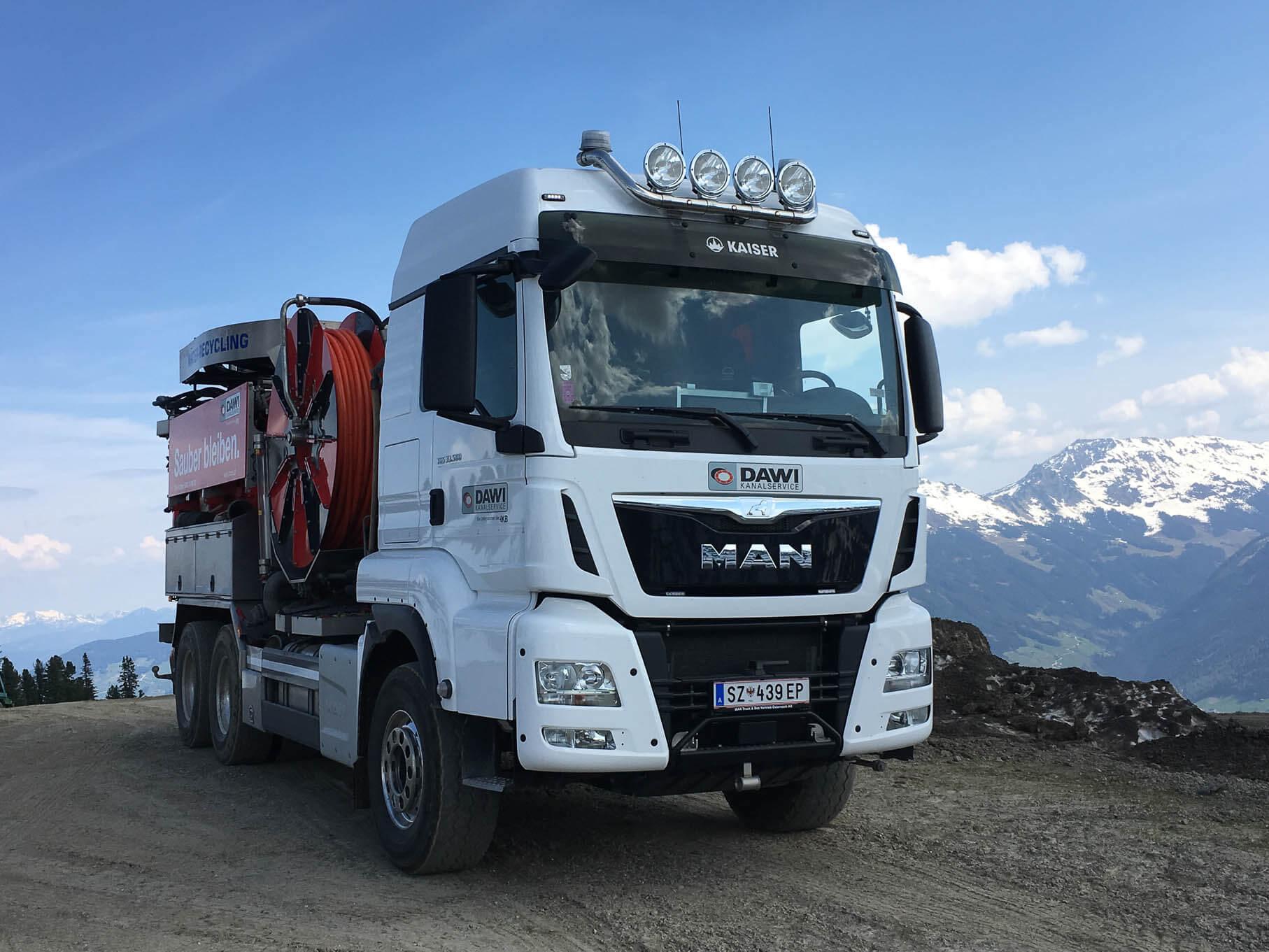 DAWI Spülfahrzeug steht auf einem Berg