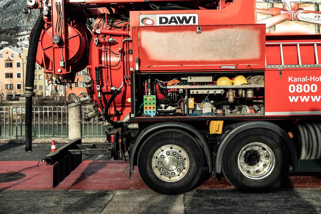 DAWI Spülfahrzeug Seitenansicht mit geöffneter Seitenwand