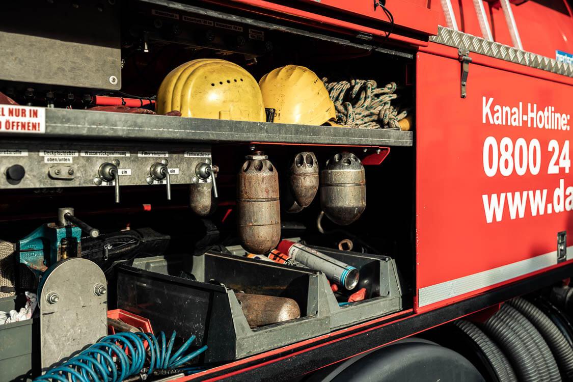 DAWI Spülfahrzeug Detailansicht mit Werkzeug