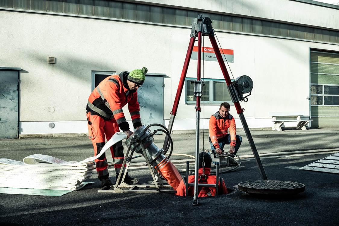 3 DAWI Mitarbeiter bei der Kanalsanierung mittels Inliner