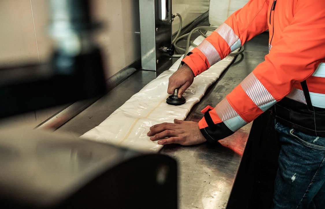 Nahaufnahme Aufbereitung des Inliners für die Kanalsanierung