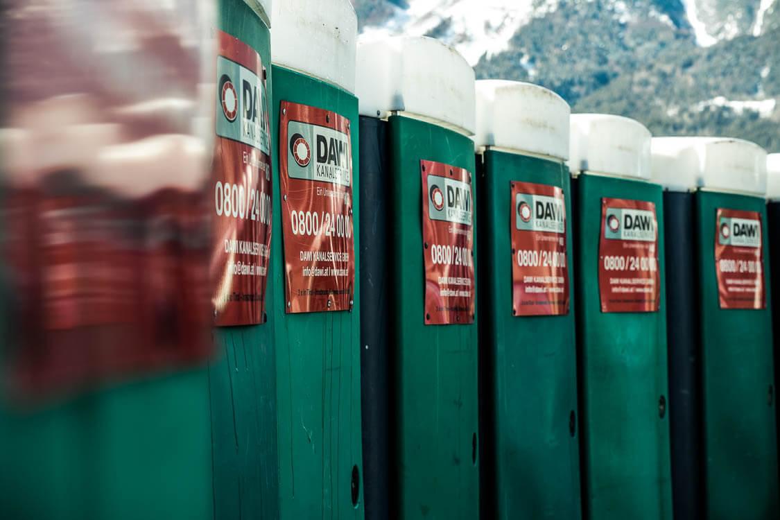 Nahaufnahme der grünen DAWI Baustellen-WCs