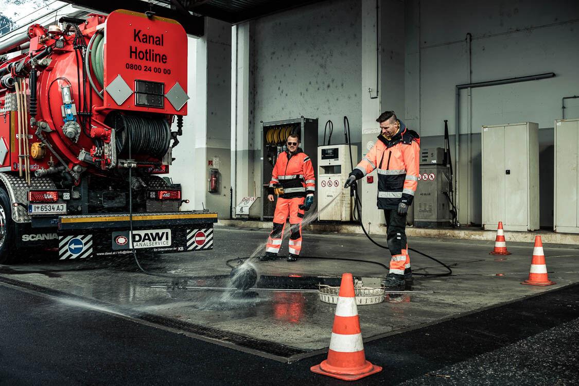 Zwei DAWI Mitarbeiter bei der Reinigung einer Absperrblase für die Dichtheitsprüfung