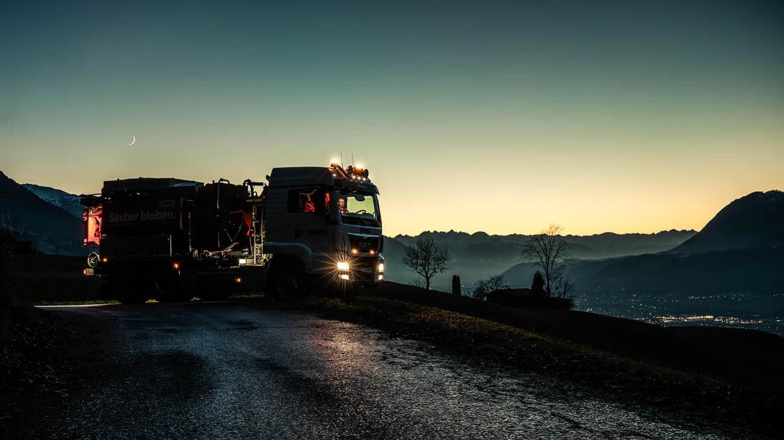 DAWI Fahrzeug in der Nacht auf einem Hügel 24 Stunden einsatzbereit