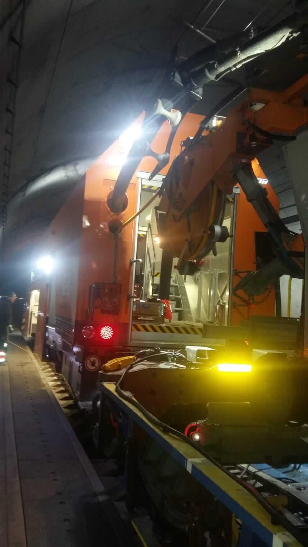 DAWI Fahrzeug steht in einem Eisenbahntunnel