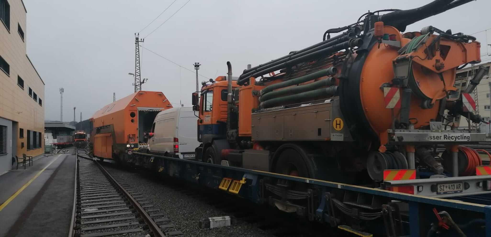 DAWI Spülfahrzeug wird über Schiene in den Eisenbahntunnel transportiert