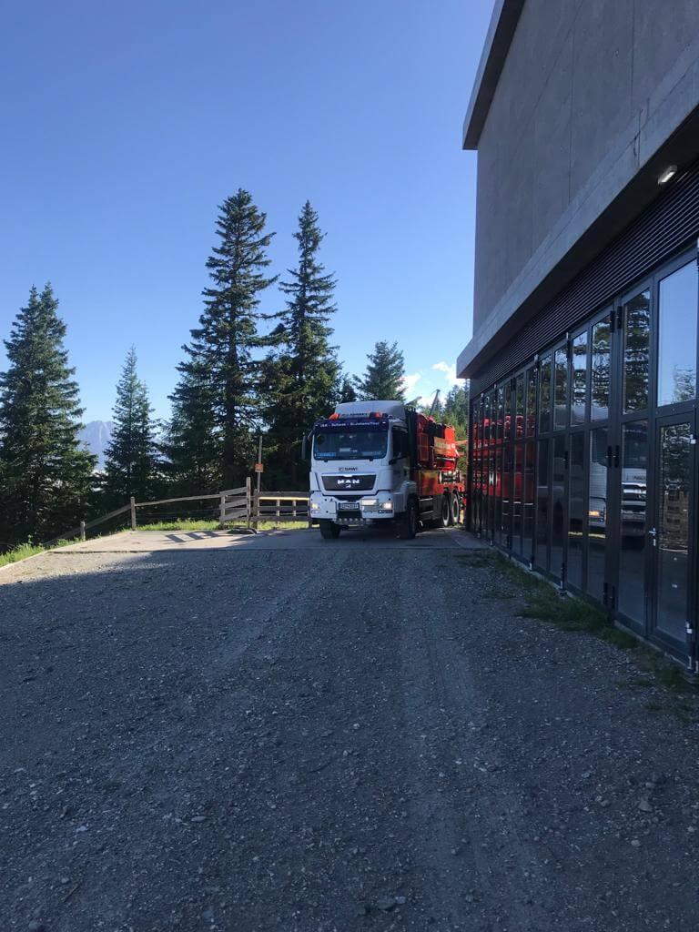 DAWI Fahrzeug parkt vor Bergstation