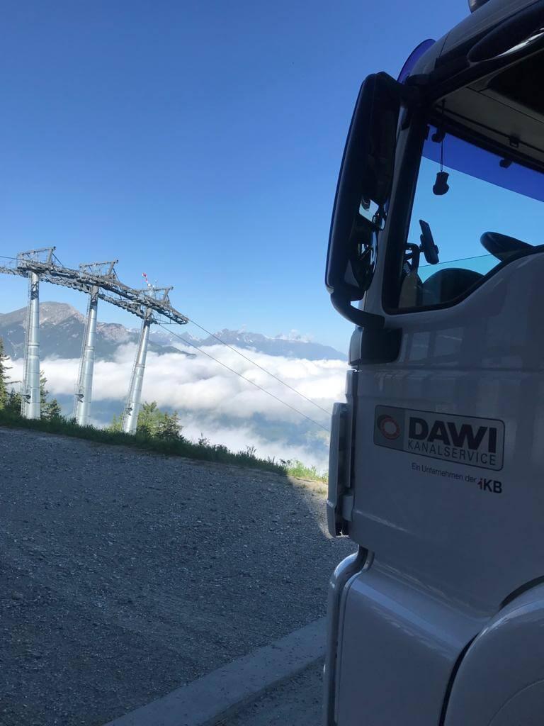 DAWI Fahrzeug Closeup mit Aussicht ins Tal