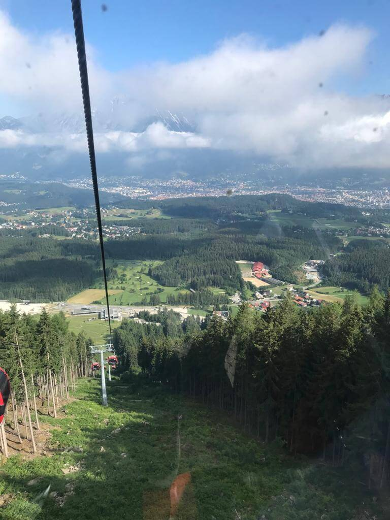 Aussicht von Bergbahn auf das Tal Tirol